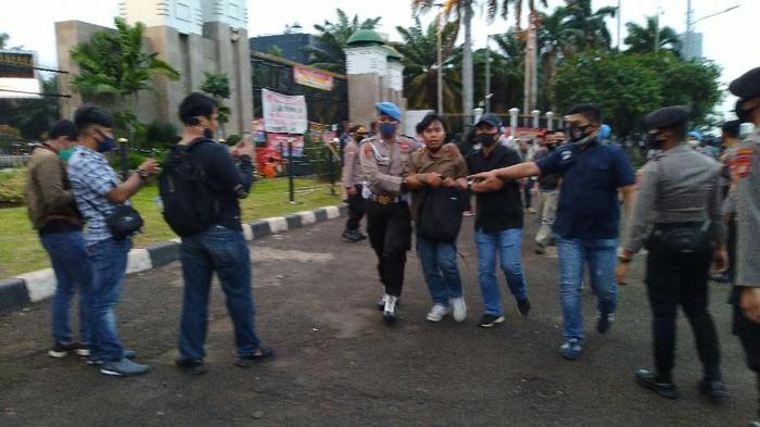 Pria dibawa polisi ke dalam DPR RI