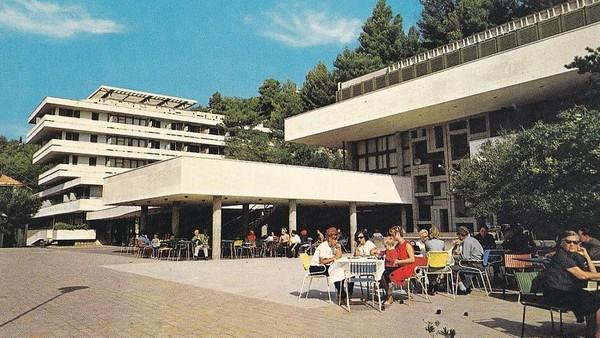 Komplek perhotelan ini dikenal sebagai resort Kupari. Resort ini dulu merupakan tempat favorit bagi keluarga pejabat militer Yugoslavia untuk liburan. Lokasinya tak jauh dari kota Dubrovnik. (dok. Bozo Benic)