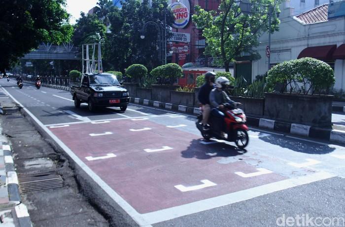 Dinas Perhubungan (Dishub) Kota Bandung dan Satlantas Polrestabes Bandung membuat ruang henti khusus (RHK) disejumlah traffic light di sejumlah titik jalan di Kota Bandung. Pantauan detikcom, Kamis (17/7/2020) seperti di Jalan Merdeka, RHK dengan garis berwarna putih dipasang di jalan tersebut.