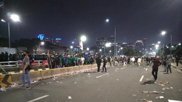 Sebagian massa demo masih bertahan di depan gedung DPR