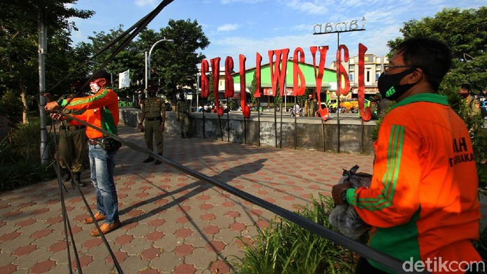 Taman Jayawijaya yang berada di Solo ditutup oleh petugas. Penutupan dilakukan guna mencegah kerumuman warga yang berpotensi menjadi penyebaran COVID-19.