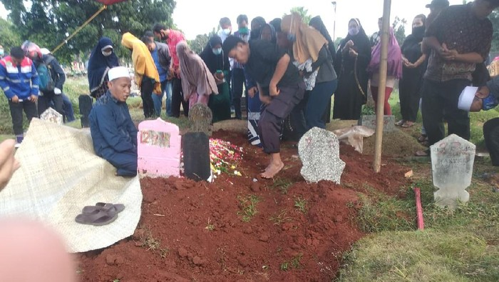 Tangis Haru Warnani Pemakaman Korban Tewas Kecelakaan Maut di Jaktim