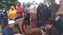 Tangis Haru Warnai Pemakaman Korban Tewas Kecelakaan Maut di Jaktim