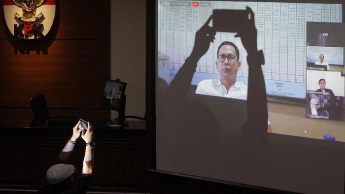 Tubagus Chaeri Wardana alias Wawan divonis 4 tahun bui usai terbukti korupsi alkes. Ia juga dijatuhi hukuman tambahan berupa uang pengganti Rp 58,025 miliar.