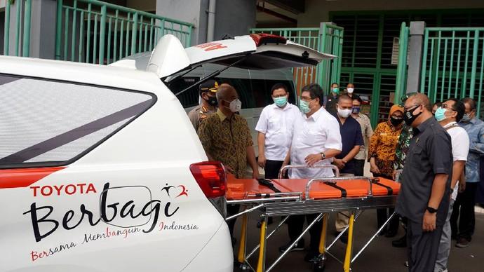 Toyota Indonesia memberikan bantuan mobil ambulans untuk Pemkot Bekasi. Bantuan ini untuk menangani kasus Corona di Bekasi.