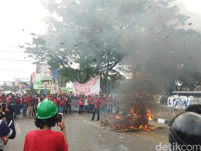 Unjuk rasa massa dari aliansi front perjuangan rakyat (FPR) di depan Kantor DPRD Sulsel (Hermawan-detikcom).
