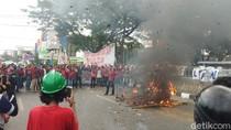 Demo Tolak RUU Cipta Kerja di Depan DPRD Sulsel, Lalin Macet