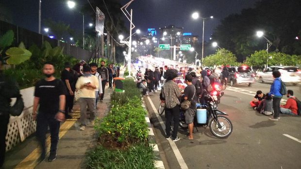 Massa unjuk rasa di sekitar gedung DPR, Senayan, Jakarta, membubarkan diri, Kamis (16/7/2020).