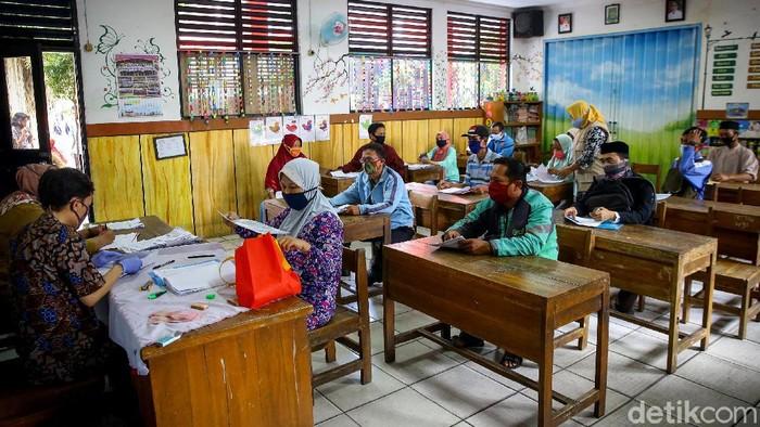 Kegiatan pembagian bantuan untuk masyarakat rentan terhadap risiko sosial digelar di Tangerang. Protokol kesehatan diperketat saat kegiatan tersebut berlangsung