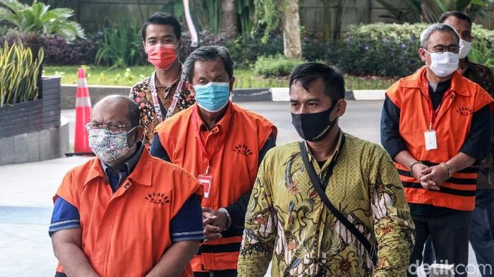 Bupati Kutai Timur, Ismunandar menjalani pemeriksaan perdana di gedung KPK. Ismunandar ditangkap KPK terkait dugaan suap terkait proyek infrastruktur di Kutai Timur.