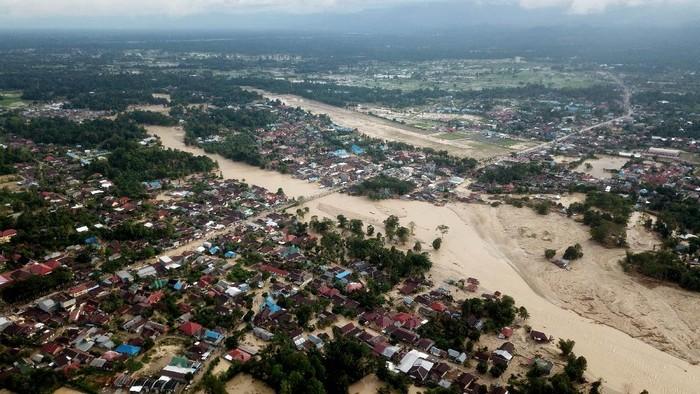Foto udara kondisi Kota Masamba yang tertimbun lumpur akibat terjangan banjir bandang di Kabupaten Luwu Utara, Sulawesi Selatan, Jumat (17/7/2020). ANTARA FOTO/Abriawan Abhe/wsj.