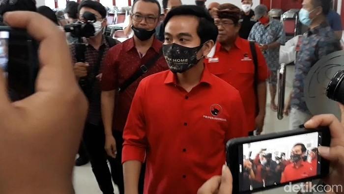 Gibran Rakabuming Raka mantap untuk mengikuti Pilkada Solo. Dengan memakai baju warna merah, Gibran menjemput tiket dari PDIP untuk maju bertarung di Pilkada Solo.