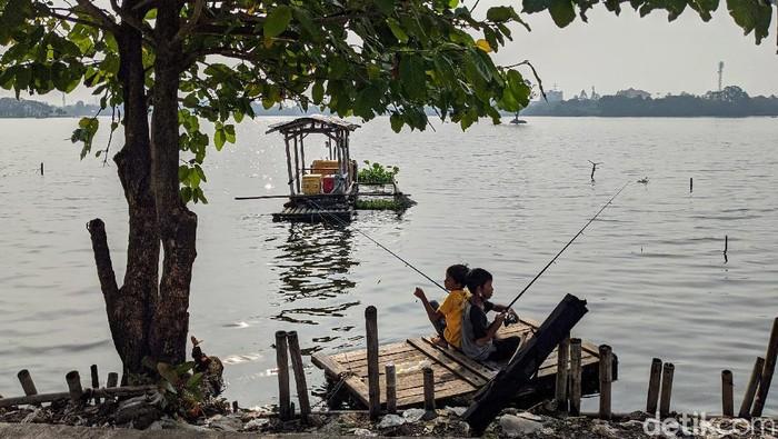 Sejumlah warga mendatangi Danau Cipondoh untuk memancing ikan. Namun, tak sedikit di antara mereka yang tak kenakan masker saat beraktivitas di luar rumah.