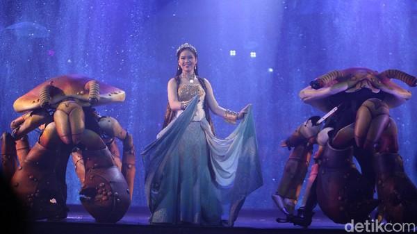 Nikita Fima bergantian dengan mermaid Pia menjadi pemeran utama sebagai putri Raja yang menjadi putri duyung di pertunjukan ini.
