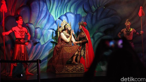 Seperti salah satu atraksi yang ditampirkan di Jakarta Aquarium, Neo Soho, Jakarta Barat ini. Ada pentas putri duyung yang menari bersama ikan-ikan di dalam aquarium.
