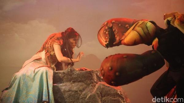 Pertunjukan ini yang mengombinasikan dunia air dengan putri duyung dan panggung pertunjukan normal.