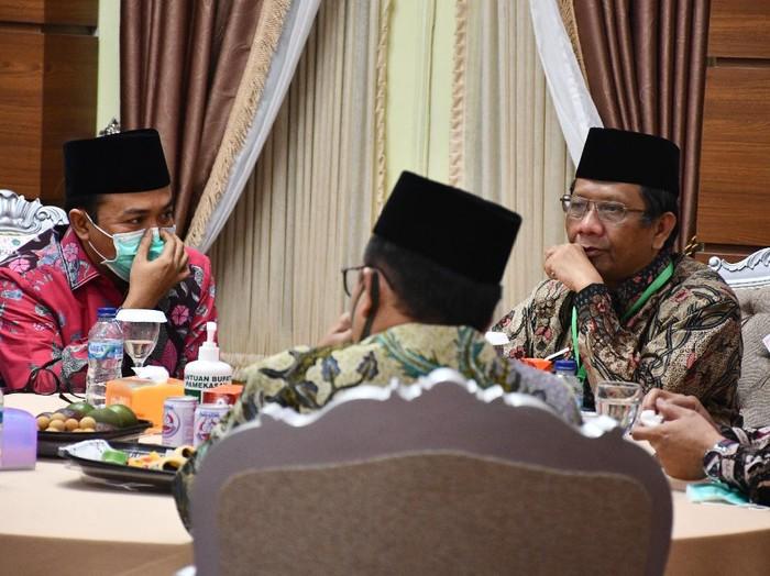 Menteri Koordinator bidang Politik, Hukum dan Keamanan Mahfud MD memberikan arahan saat Rapat Koordinasi Kesiapan Pelaksanaan Pilkada Serentak Tahun 2020 di Surabaya, Jawa Timur, Jumat (26/6/2020). Rapat yang dihadiri perwakilan dari KPU Provinsi Jawa Timur, Bawaslu Jawa Timur dan sejumlah kepala daerah kabupaten/kota tersebut membahas isu strategis dalam rangka memantapkan pelaksanaan Pilkada serentak tahun 2020 dengan penerapan secara ketat protokol kesehatan untuk mencegah penyebaran COVID-19. ANTARA FOTO/Moch Asim/pras.