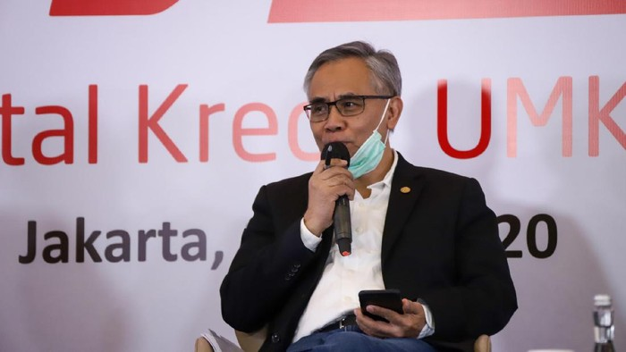Ketua Dewan Komisioner OJK Wimboh Santoso (tengah) bersama Menteri Koperasi dan UMKM Teten Masduki (kanan) dan Menteri Pariwisata dan Ekonomi Kreatif Wishnutama Kusubandio menghadiri Peluncuran Digital Kredit UMKM yang diselenggarakan oleh HIMBARA dan eCommerce di Jakarta, Jumat (17/7/2020). OJK dalam kebijakannya sangat mendukung pengembangan UMKM termasuk dalam masa pandemi COVID-19 dengan memberikan keringanan kredit perbankan dan pembiayaan kepada UMKM yang terdampak. ANTARA FOTO/Humas OJK/pras.