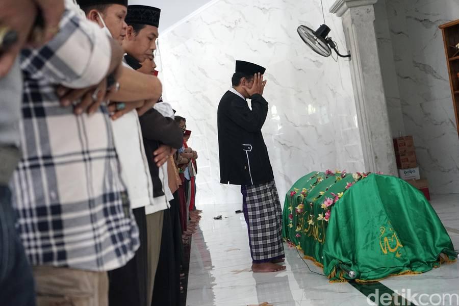 Pemakaman Omas di TPU Cisalak.