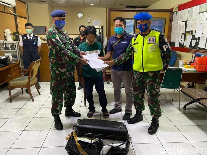 Tim pengamanan Bandara Juanda mengagalkan penyelundupan ribuan bibit lobster, Rabu (15/7). Bibit lobster tersebut akan dikirim ke Bandara Hang Nadim, Batam menggunakan Lion Air JT-971.