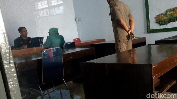 Petugas Satpol PP Banjarnegara tengah memintai keterangan oknum PNS yang didapati berduaan di hotel, Jumat (17/7/2020).