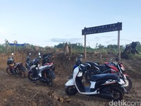 Di Puncak Senayan, ada ratusan pengunjung, mereka fokus menyaksikan keindahan panorama alam. Fenomena inilah yang sudah dinanti sejak awal, berupa hamparan awan tebal menyelimuti kawasan pegunungan.