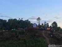 Puncak Senayan berjarak sekira 28 kilometer dari kecamatan Wonomulyo yang menjadi pusat perdagangan kabupaten Polewali Mandar. Waktu tempuh ke sana kira-kira selama 45 menit.