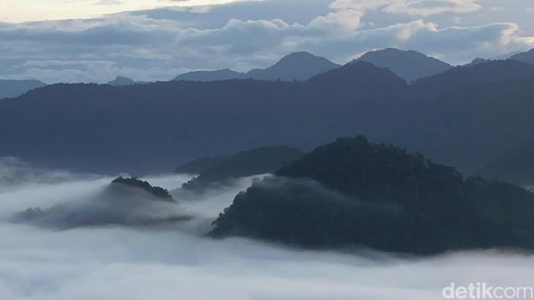 Puncak Senayan berada pada ketinggian sekira 480 meter di atas permukaan laut. Saat cuaca bagus, hamparan awannya dapat dinikmati dari pukul 05.30-08:00 WITa.
