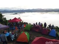 Terlihat pendaki mendirikan tenda di Puncak Senayan dan sedang menikmati lautan awan.