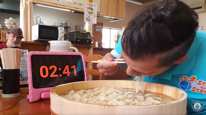 Rekor Dunia Menyeruput Udon 3 Menit
