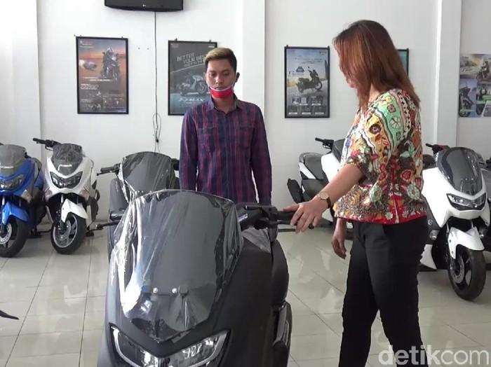 Warga Banyuwangi membeli Yamaha NMAX dengan uang koin Rp 9 juta. Uang tersebut merupakan tambahan agar bisa membeli motor secara tunai dengan harga Rp 31 juta.