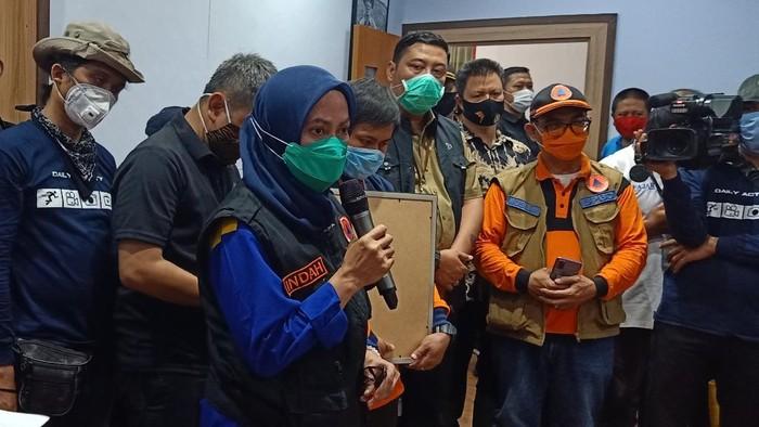 Bupati Luwu Utara Indah Putri Indriani saat melaporkan update penanganan pascabanjir bandang di Masamba (dok. Istimewa).