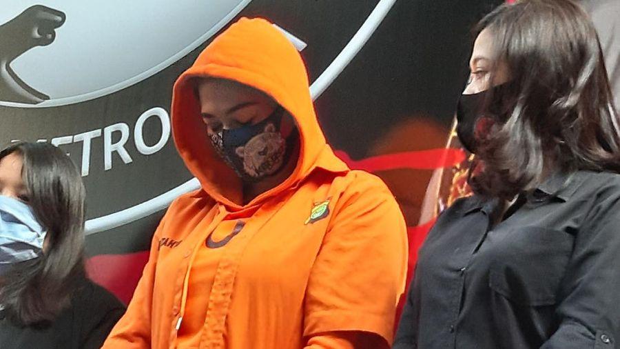 Catherine Wilson diamankan polisi atas penyalahgunaan narkoba jenis sabu. Dalam jumpa pers sore ini, ia dihadirkan dengan memakai baju tahanan.