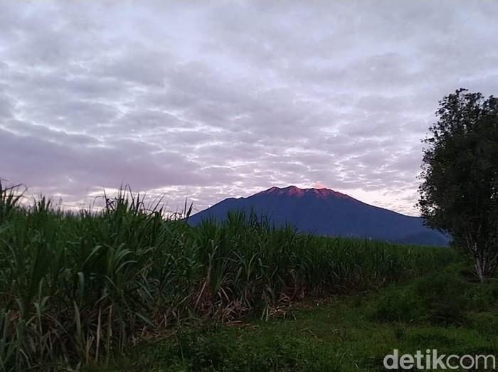 Aktivitas Gunung Raung terus mengalami peningkatan. Sebanyak 60 Kali letusan terjadi selama 12 jam.