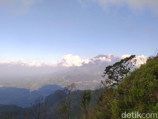 Yang membedakan di Gunung Telomoyo ini, tidak diperlukan keahlian maupun kemampuan mendaki. Sekalipun pemula bisa saja naik gunung ini. (Eko Susanto/detikcom)