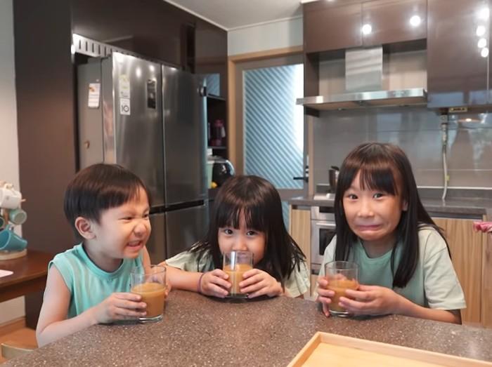 Reaksi 3 Bocah Korea Minum Jamu Beras Kencur