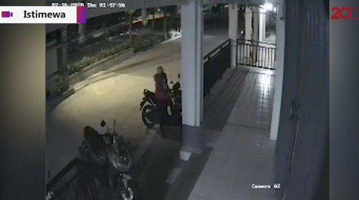 Aksi pencurian motor di Bekasi terekam CCTV. Pelaku tepergok, panik melarikan diri. Motor sendiri dia tinggalkan.