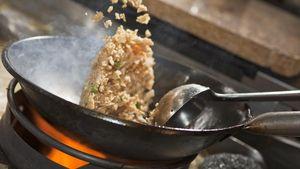 Peneliti Sebut Gerakan Melempar saat Masak Nasi Goreng Bikin Rasanya Makin Enak