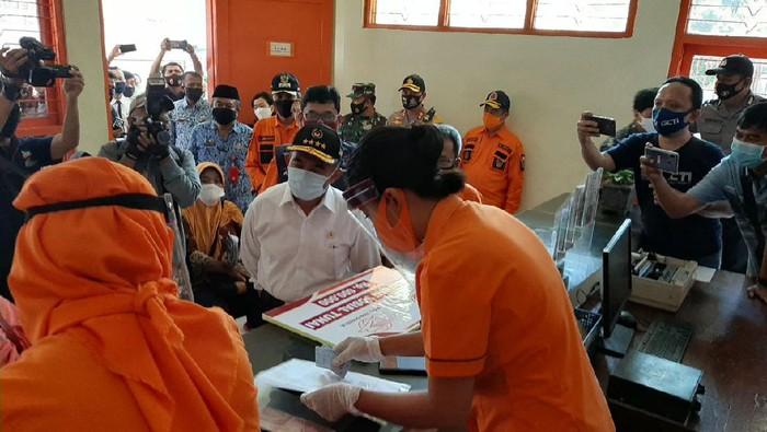 Menko PMK Muhadjir Effendy memantau warga penerima Bantuan Sosial Tunai BST di Madiun, Jawa Timur.