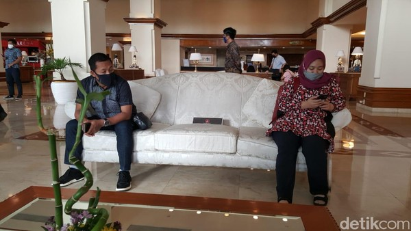 Protokol menjaga jarak terlihat pada sofa di lobi hotel. (Syanti/detikcom)