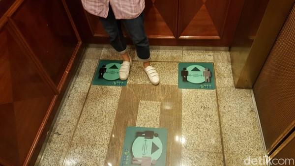 Di dalam lift, kami juga menemukan stiker untuk penanda berdiri di dalam lift dalam rangka menjaga jarak. Serta di samping tombol lift terdapat hand sanitizer.