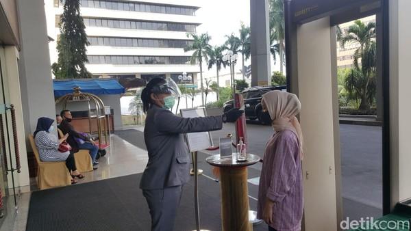 Sebelum memasuki hotel, traveler nanti akan melewati bagian pemeriksaan. Tidak hanya barang saja, namun suhu tubuh para tamu yang datang ke hotel akan diperiksa. (Syanti/detikcom)