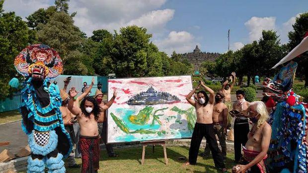 Performance art lelaku ning urip yang dilakukan tiga pelaku seni di Concourse Candi Borobudur.