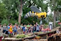 Mereka bekerjasama dengan seniman terkenal New York Sean Kenney, yang juga seorang profesional Lego bersertifikat. (San Antonio Zoo)