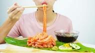 Sashimi Salmon Bentuk Ramen Ini Lagi Jadi Tren untuk Mukbang