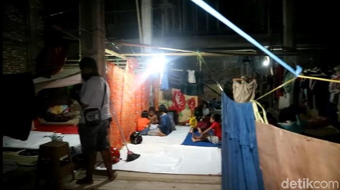 Suasana di tenda pengungsian banjir Wajo