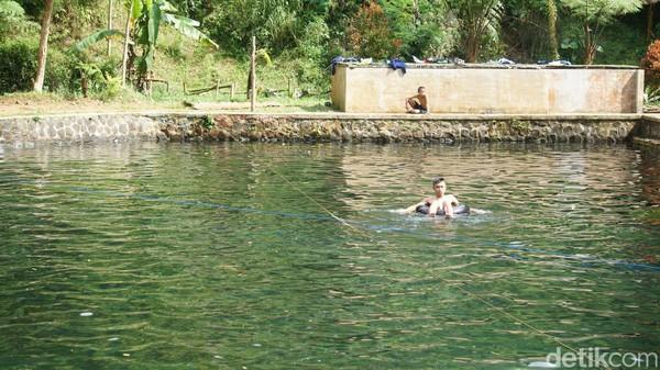 Kolam pemandian yang ada di kaki Gunung Burangrang itu tepatnya berlokasi di Kampung Ciparang, Desa Ganjarsari, Kecamatan Cikalong Wetan di Kabupaten Bandung Barat, Jawa Barat. (Whisnu Pradana/detikcom)