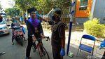 UMK Gelar Wisuda Drive Thru, Wisudawan Ini Pilih Gunakan Sepeda