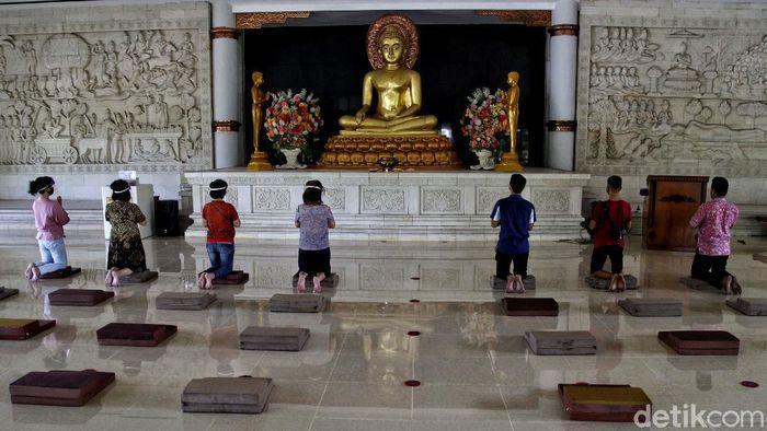 Umat Budha melakukan simulasi protokol kesehatan di Vihara Buddha Sasana di Kelapa Nias, Kelapa Gading, Jakarta Utara, Sabtu (18/7/2020).