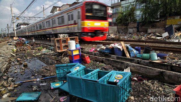 PT Kereta Api Indonesia (KAI) Persero Daerah Operasional 1 Jakarta melakukan penertiban 57 bangunan liar (bangli) di sekitar Emplasemen Stasiun Kampung Bandan.